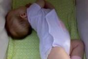 Ребенок запрокидывает голову назад